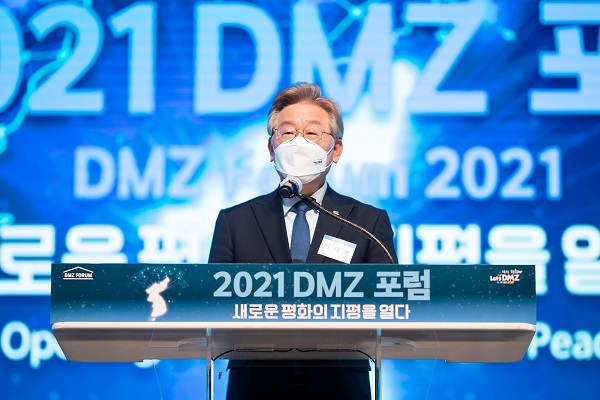 1Gyeonggi_Province_Governor_Lee_Jaemyung_delivers_his_keynote_speech_at_2021_DMZ_Forum_1.jpg