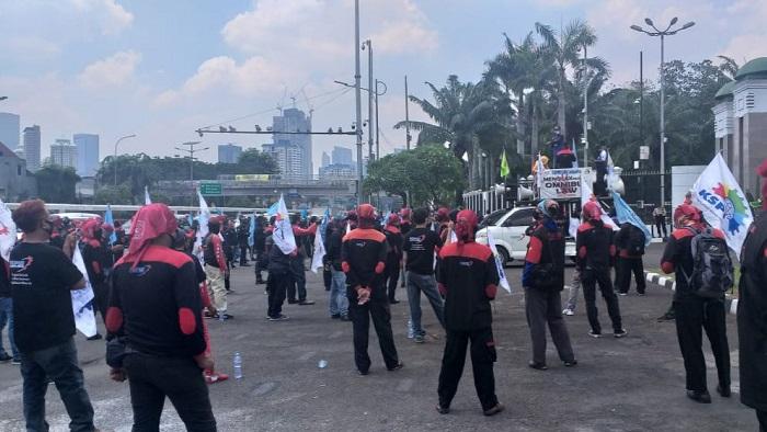 Pemanasan Mogok Nasional, Aksi Buruh Berlangsung di Depan Gedung DPR