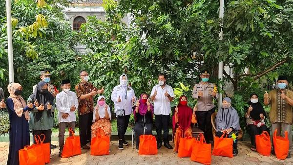 Yorrys Raweyai Berikan Bansos Bagi Warga Terdampak Pandemi Covid-19 Bersama Fahira Idris
