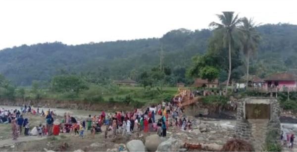 Masyarakat Sukamaju Gotong Royong Bangun Jembatan Sementara Pasca Banjir Bandang