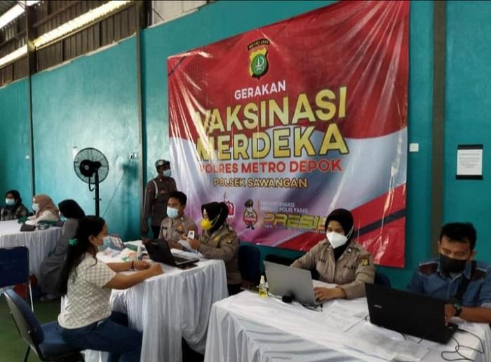 Sebanyak 200 Orang Warga Ikut Vaksinasi Merdeka di Polsek Sawangan.