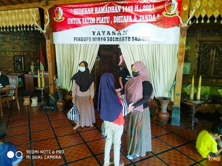 Yayasan Pendopo Wiryo Soemarto Sragen Salurkan Sedekah ke Warga Sidoharjo